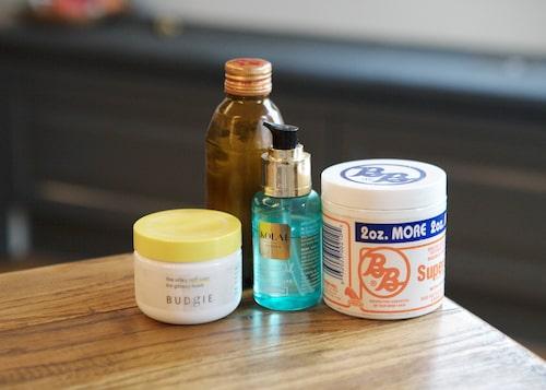 Hårstyling Soft wax från Budgie och mjukt vårdande leave in-kräm inköpt i New York, samt oljor från Bali och Lilis kompis Laila Bagges märke Kolai.