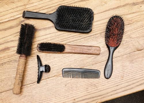 Hårborstar från bland annat Mason Pearson, Antonio Axu och Ghd. Mason Pearson använder Lili varje dag, medan Ghd och Antonio Axu används i samband med föning.