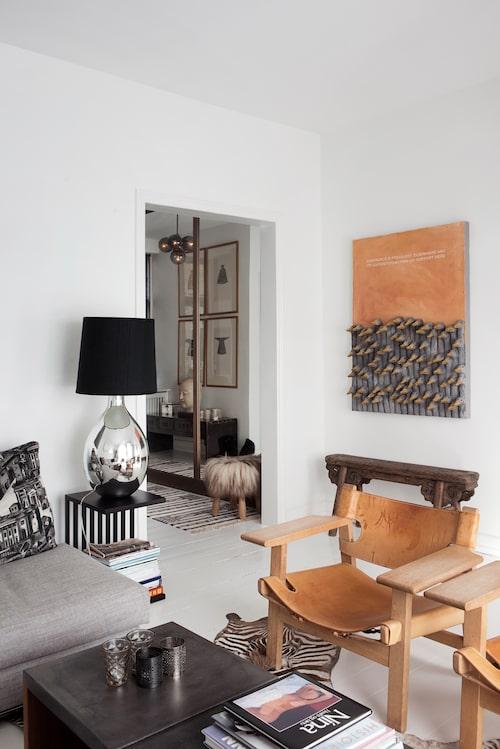 Det är öppet från hallen in till vardagsrummet, så det blir ett skönt flow i hemmet. Det lilla randiga bordet kommer liksom soffan från Minotti.