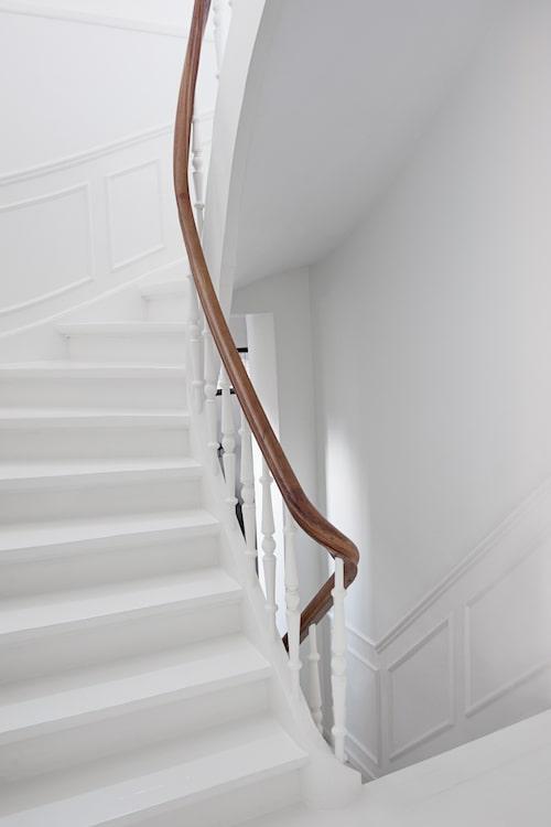 """När familjen köpte huset var trappan klädd med röd linoleum. """"Det var ingen tvekan om att trappan skulle vara vitmålad. Vi ville ha det ljust runtomkring oss, särskilt eftersom vintrarna är så mörka."""""""