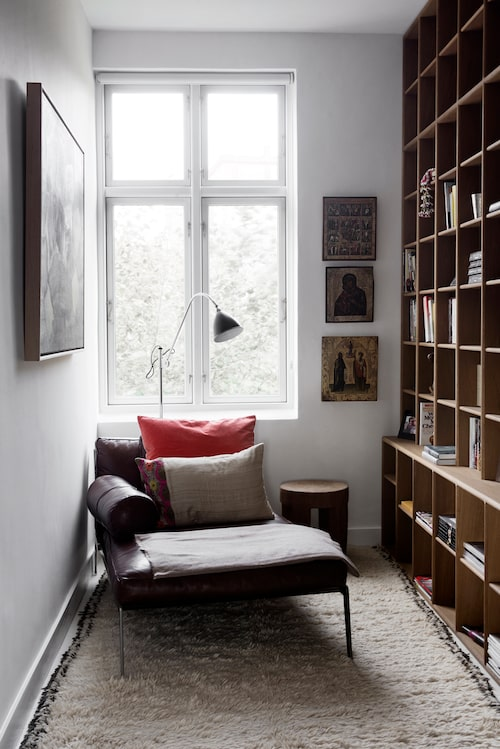 Den lilla läshörnan används flitigt. Bokhyllan är byggd av Køpenhavns møbelsnedkeri. Dagbädden är köpt på Casa shop, kuddarna kommer från Day home.