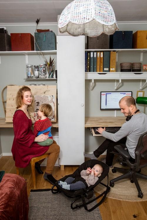 När pandemin slog till valde Klara och Anton att lägga om prioriteringen - kontoret och vardagsrummet renoverades först eftersom det är där de spenderar mest tid.