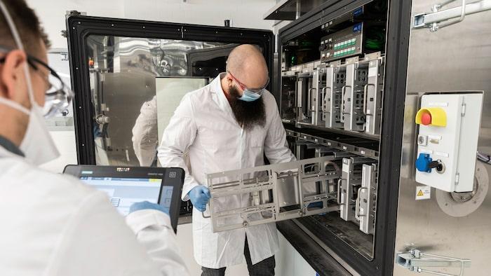 Här placeras celler i en testkammare.