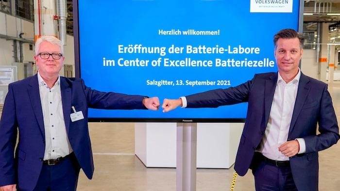 Thomas Schmall, gruppstyrelseledamot för teknik på Volkswagen AG och Frank Blome, chef för affärsenheten för battericell- och batterisystem.