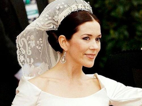 Kronprinsessan Mary av Danmark på sin bröllopsdag, i örhängen från Dulong Fine Jewelry.