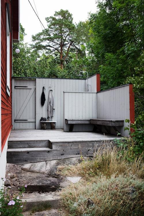 """Innan komplementhuset med badrum byggdes fanns bara uteduschen. """"Den älskar vi fortfarande att använda på sommaren."""""""