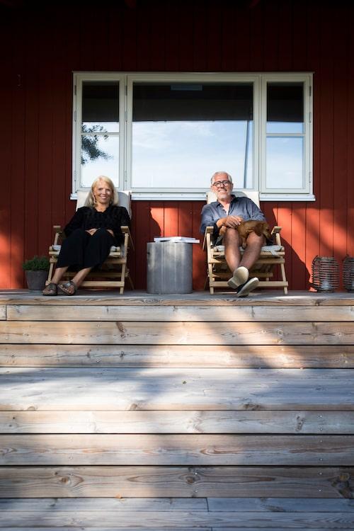Ulrika och Philippe i däckstolar av Børge Mogensen. Betongbordet är från Granit.