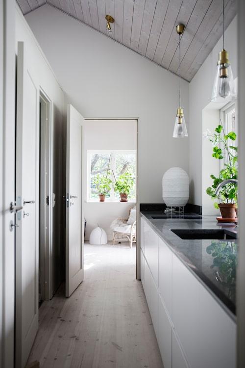 I det nybyggda husets tvättstuga/pentry hänger taklampor från Caravane, rislampan är från Ikea.