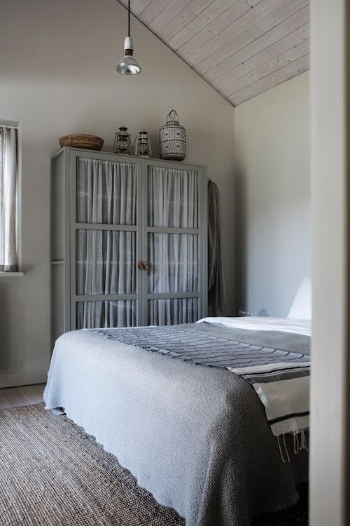 Klädskåpet från Ikea har målats om i varmgrå kulören Hardwick white från Farrow & Ball. Även mattan är från Ikea. Taklampa från Caravane, överkast från Society.