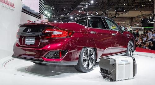 Honda Clarity Fuel Cell (bränslecellsversionen) vid världspremiären 2015.