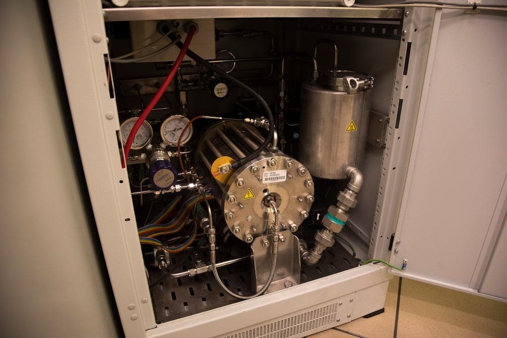 Elektrolysören tillverkar under ett år 2 700 kg -vätgas med elkraft och 2 500 liter vatten.