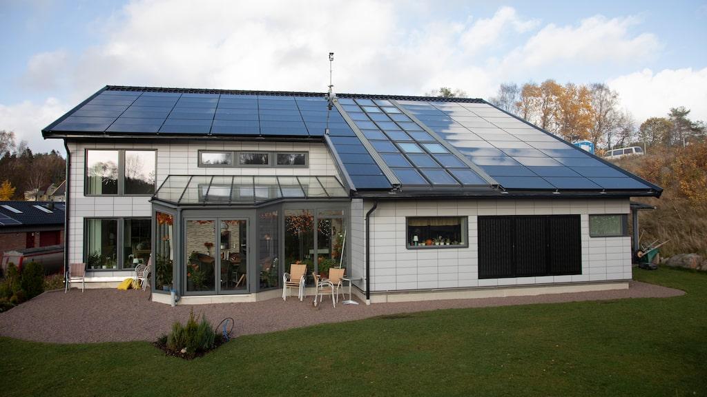 150 kvadratmeter solpaneler och 20 kvadratmeter solfångare ger energi till hus och bil.