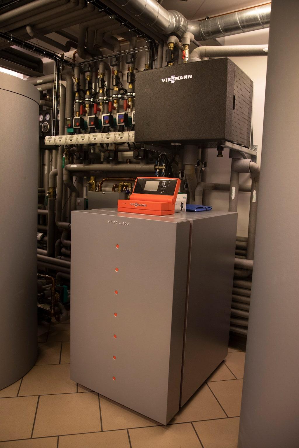 Värmepumpen ger effektiv uppvärmning via det vattenburna värmesystemet.