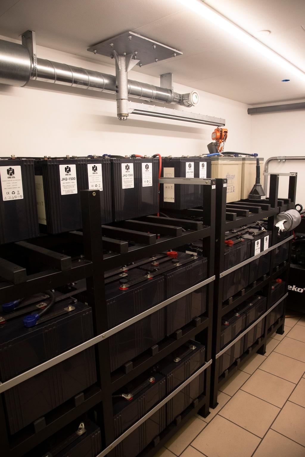 Blybatterierna lagrar 144 kWh. De väger fem ton, men ska bytas ut till lättare litiumbatterier.