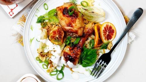 Recept på kyckling med apelsin i sötstark srirachasås, stekt ris och yoghurt