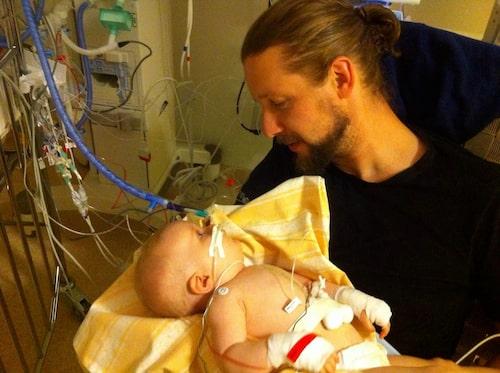 Vilya och pappa Johan under en av många sjukhusvistelser.