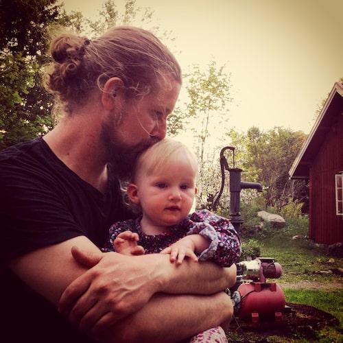 Vilya, 9 månader, med sin pappa två veckor före den andra öppna hjärtoperationen.