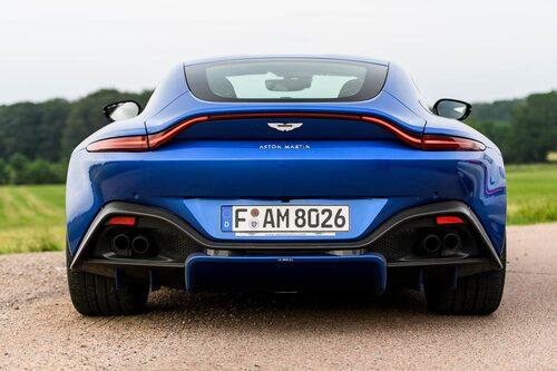 Intagen i fronten leder luftströmmarna genom kanaler under bilen ända bak till diffusern.