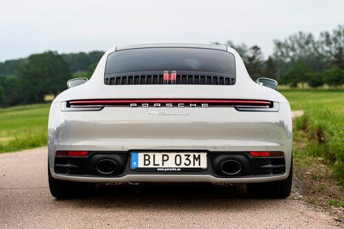 Två stora utblås avslöjar att Porschen har sportavgassystem med högre (läs: bättre) ljud.