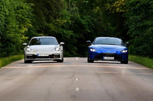 Effektsiffrorna skiljer kraftigt, men Porsche håller trots det jämna steg med Aston.