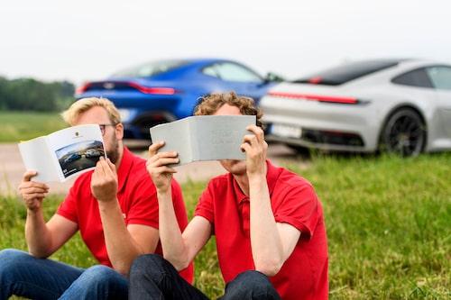 Instruktionsböcker är bättre än mobilsurfning. Notera att Porschen fick med sig en instruktionsbok från 991-generationens 911.