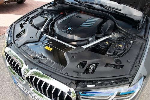 Den klassiska raka treliterssexan fyller upp motorrummet och garanterar behagliga långresor.