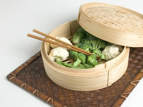 <p>I det asiatiska k&ouml;ket anv&auml;nder man ofta en enkel &aring;ngkokare av bambu, men mer moderna varianter i rostfritt och plast finns hos de flesta tillverkare av hush&aring;llsapparater.</p>