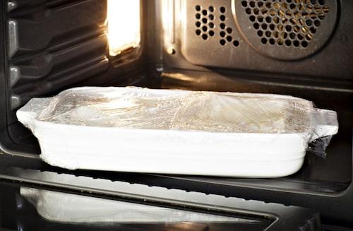 Koka fisken ca 10 min i mikron på full effekt. Låt vila minst 5 min före servering.