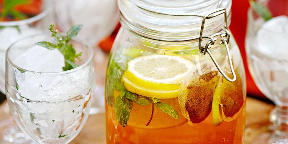 Bjud in till sommarfest och läskande iste med citron och lime.