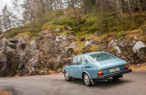 Den klassiskt sportiga och samtidigt praktiska Combi Coupé-looken hade skapats av Björn Envall redan till Saab 99 som debuterade i januari 1974.