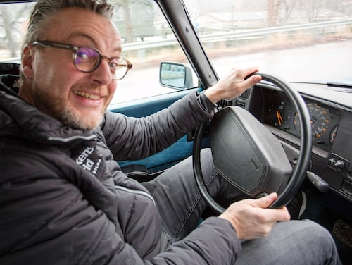 Tittut i rutan! Klart man skrattar och ler på ett 40-årskalas. Hans Hedberg stormtrivs bakom den krocksäkra ratten och välvda vindrutan, njuter åk- och körkomfort.