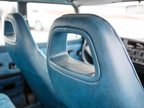 Stolarna med sina höga ryggar och stora utsiktshål för baksätespassagerarna. Hade man kryssat för komfortnackskydd fylldes hålen med mjuka kuddar.