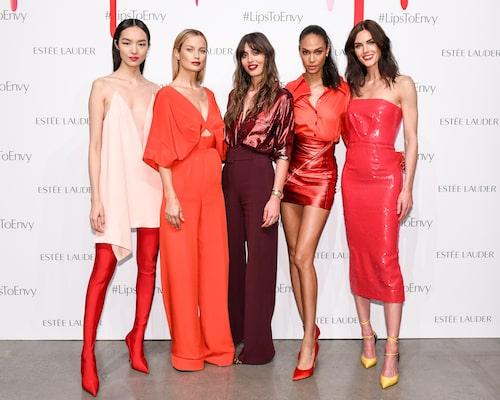 Modellerna Fei Fei Sun, Carolyn Murphy, Joan Smalls och Hilary Rhoda tillsammans med make-up artistenViolette Grey.