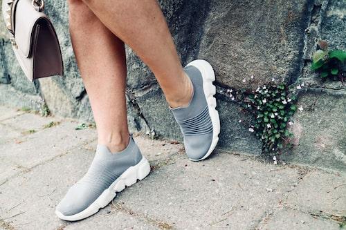 Tunna sneakers ger en bekväm och avslappnad look.