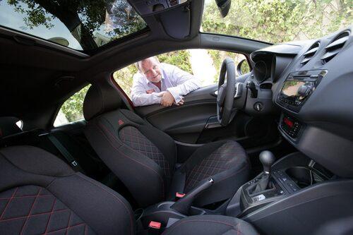 PeO Kjellström inspekterar insidan av nya Cupran. Och konstaterar att körglädjen finner sig tillrätta på kurviga landsvägar. I stadstrafik är den dock inte lika trevlig.