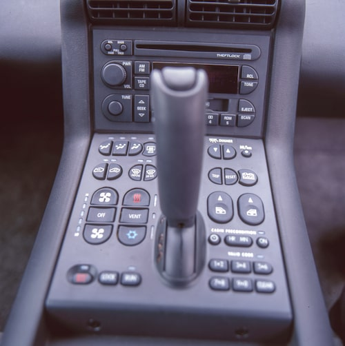 GM:s chefsergonom borde få sparken för den här osorterade uppsättningen knappar. Växelspaken har ett läge framåt och ett bakåt samt P (parkering) och N (neutral).