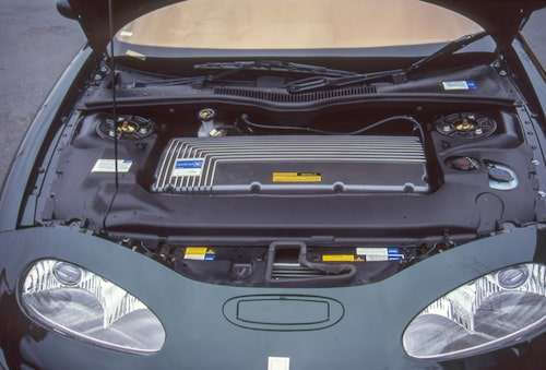 Vid en första blick under motorhuven ser det ut som om där satt en tvärställd rak sexa. Men under kåpan sitter bland annat motorns styrelektronik och därunder finns den lilla motorn innanför höger framhjul.