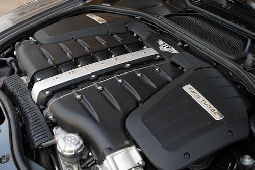 Plastsjoken döljer den minst sagt imponerande W12-motorn som förfinats på en rad sätt för att ge sina maximala 610 hästkrafter.
