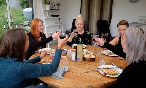 – Det är uppfriskande med olika åsikter! Jogging ladies käkar middag – och pratar om allt...