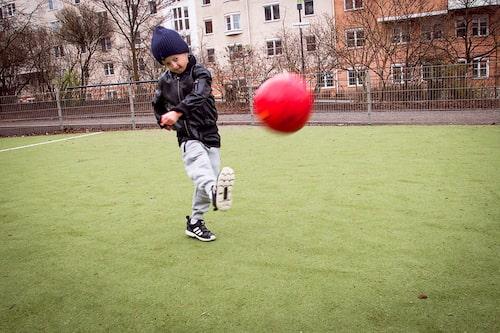 Miles gillar att spela fotboll.