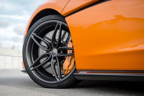 Kolfiberkeramiska bromsar är standard. Fram mäter bromsskivorna 394 millimeter i diameter.