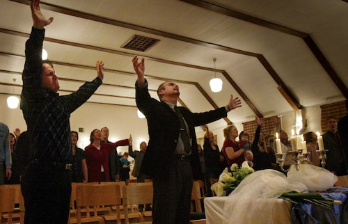 """Helge Fossmo predikar att """"döden är det bästa som kan hända"""" och församlingen sjunger om sin längtan """"hem till Gud""""."""