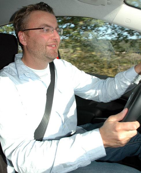 Testchef Hans Hedberg mäter 186 centimeter och får gott och väl plats bakom ratten. Men mer lårstöd efterfrågas.