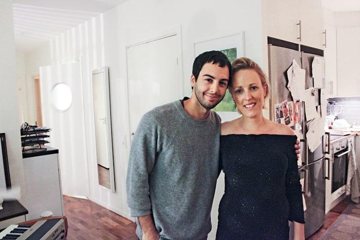 På cocktailpartyt överraskade Kerstins vänner henne med att ha bjudit in artisten Darin för en minispelning.