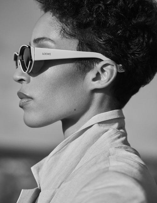 Kavaj av linne/bomull, 1 800 kr, Inwear. Solglasögon av acetat, 3 200 kr, Loewe.