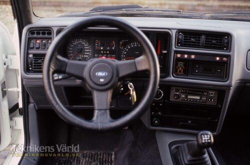 En av de stora skillnaderna mot en riktig tävlingsbil är den komfortabla inredningen i Sierra RS Cosworth.