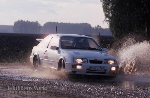 Ford Sierra RS Cosworth är en mycket välbalanserad bil med härliga vägegenskaper. Bäst är den på torr asfalt men rolig även på blöta grusvägar – fast då släpper de breda däcken ganska lätt.
