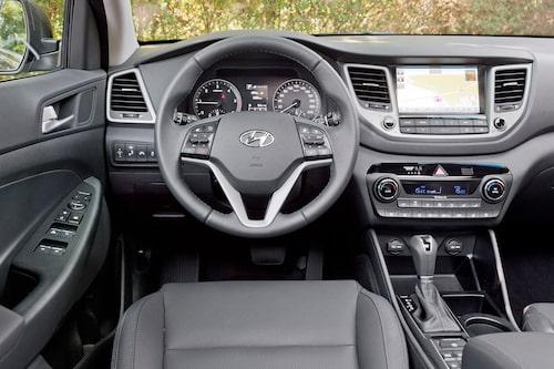 Många knappar i en halvtrist förarmiljö. Hyundai borde återanvänt lösningar från Santa Fe.