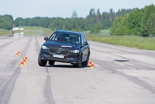 XC60 är lite mjuk och svajig vid en undanmanöver, men klarar ändå vårt älgtest med godkända 73 km/h.