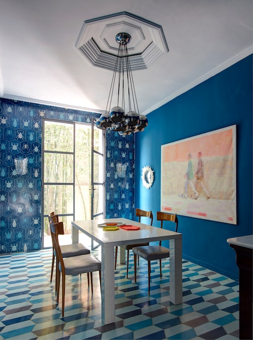 Bada i blått. I det blå matrummet har ena väggen klätts med kaklet Scarab och på golvet ligger Demi hex long, båda från Popham design. Stolarna är italienskt 50-tal av Ico Parisi, matbordet från Habitat, taklampan är danskt vintage.